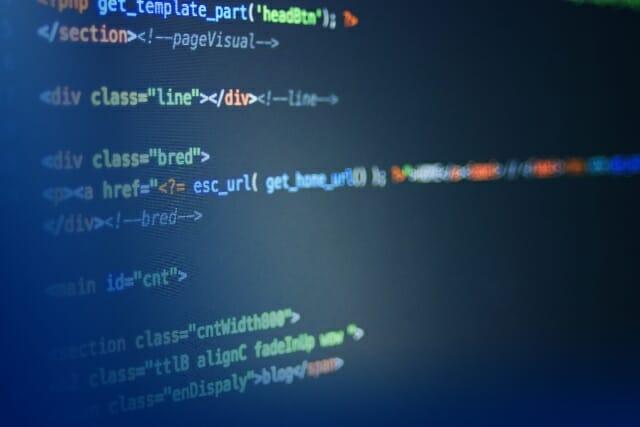 パソコン画面に表示されたプログラミングコード